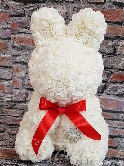Голям заек от изкуствени рози в бяло