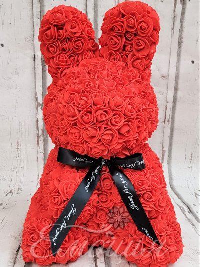 Голям заек от изкуствени рози в червено