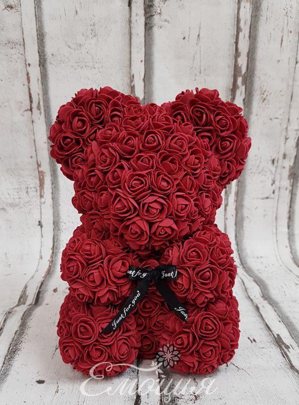 Малко мече от изкуствени рози в бордо