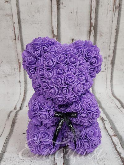 Малко мече от изкуствени рози в лилаво