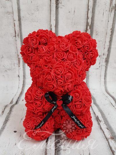 Малко мече от изкуствени рози в червено
