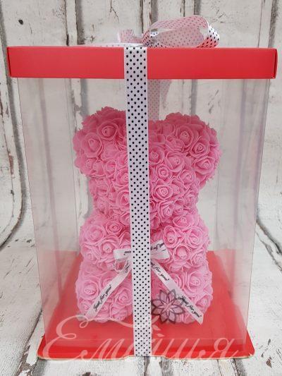 Малко мече от изкуствени рози в розово