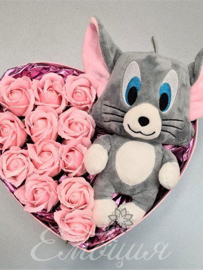 Мишо в кутия с рози