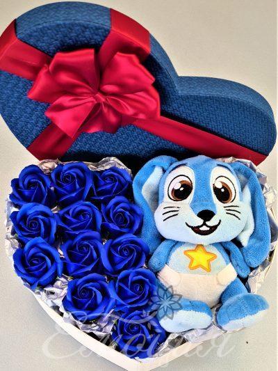 Зайо в кутия с рози